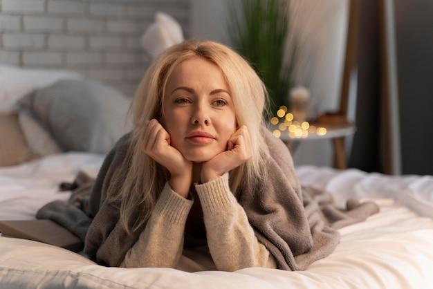 Close-up op jonge volwassene die geniet van thuiscomfort