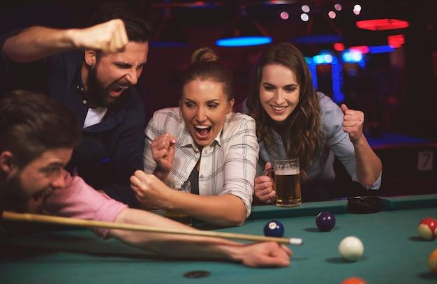 Close-up op jonge vrienden die plezier hebben tijdens het spelen van poolgames