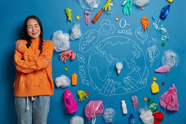 Close-up op jonge vrouw activist in de buurt van ecologie concept collage