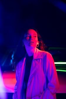 Close-up op jonge vrouw die zich voordeed in dramatisch licht