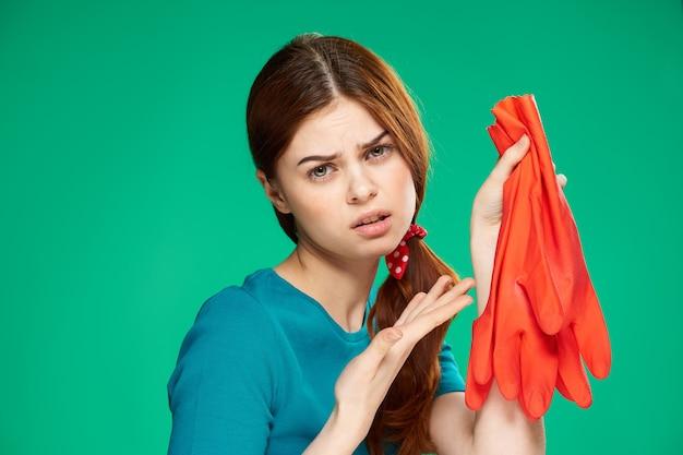 Close-up op jonge vrouw huis schoonmaken voorbereiden