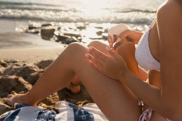 Close-up op jonge vrouwelijke handen in de natuur