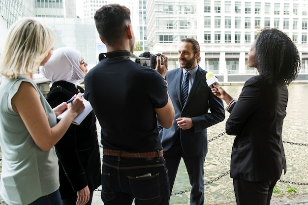 Close-up op jonge zakenman tijdens een interview