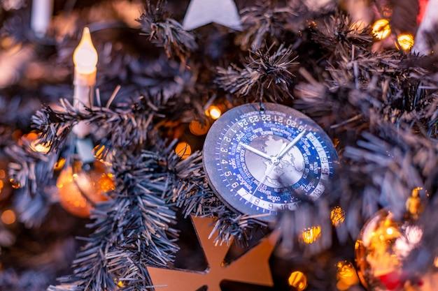 Close-up op kerstboomdecoratie over feestelijk