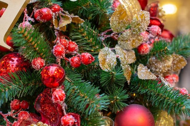 Close-up op kerstboomdecoratie over feestelijke achtergrond