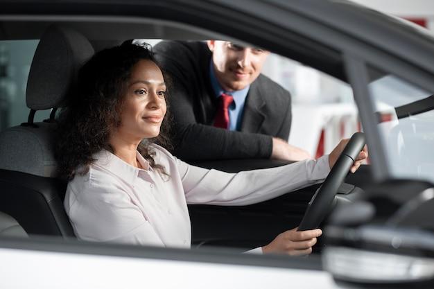 Close-up op klant met zakenman in autodealer