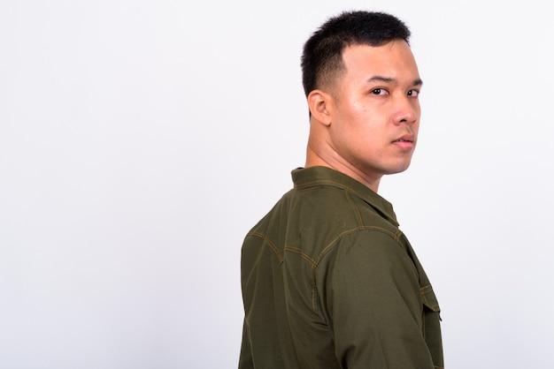 Close-up op knappe jonge aziatische man geïsoleerd