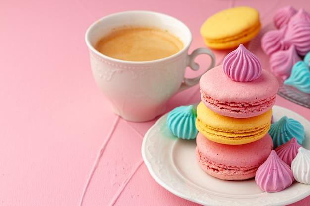 Close-up op kopje koffie met kleurrijke koekjes