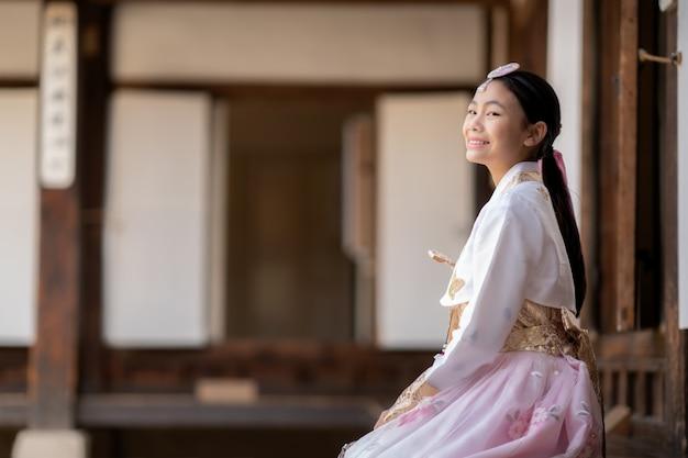 Close-up op koreaanse dame in hanbok-jurk