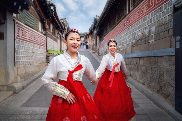 Close-up op koreaanse dames in hanbok-jurk
