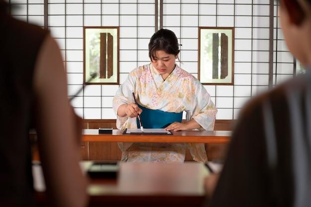 Close-up op leraar die japanse kalligrafie doet, genaamd shodo