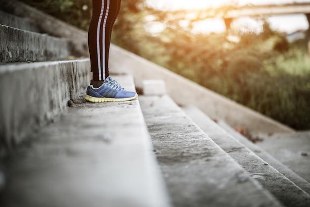 Close-up op loopschoenen fitness vrouwen training en joggen