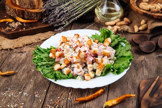 Close-up op malibu-salade gekleed met mayonaise
