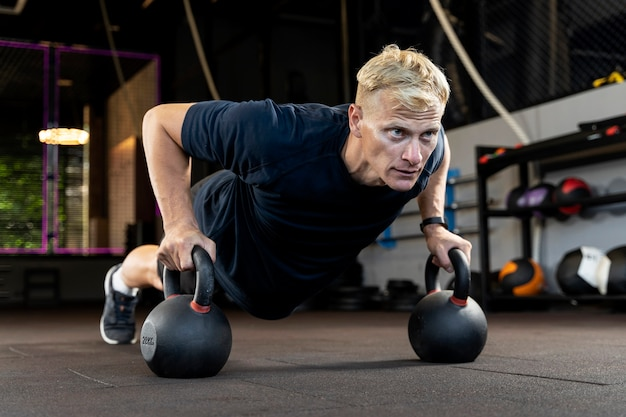 Close-up op man die crossfit workout doet