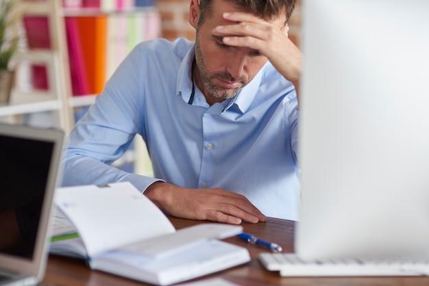 Close-up op man moe van het werken op kantoor