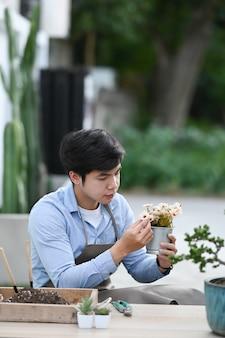 Close-up op man tuinman thuis bloemen planten