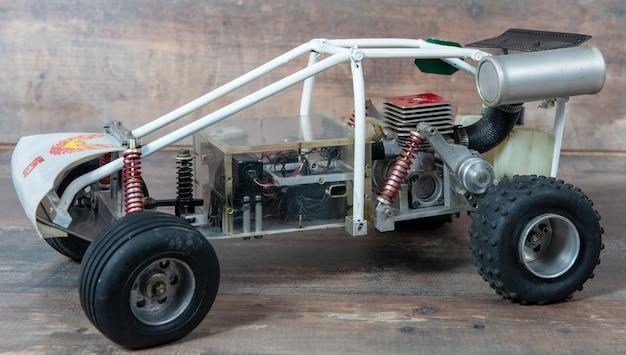 Close-up op met de hand gemaakte rc-buggy-modellen