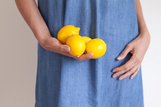 Close-up op mooie handen met fruit. ã â¡ concept van gezond eten.