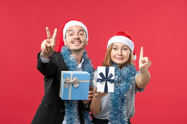 Close-up op mooie jonge paar dragen kerstmutsen isolated