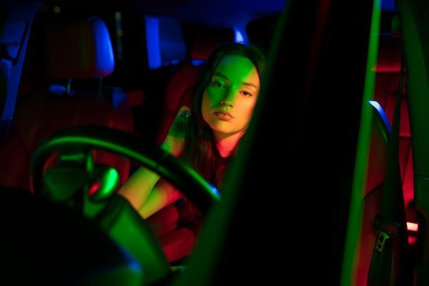Close-up op mooie jonge vrouw rijden