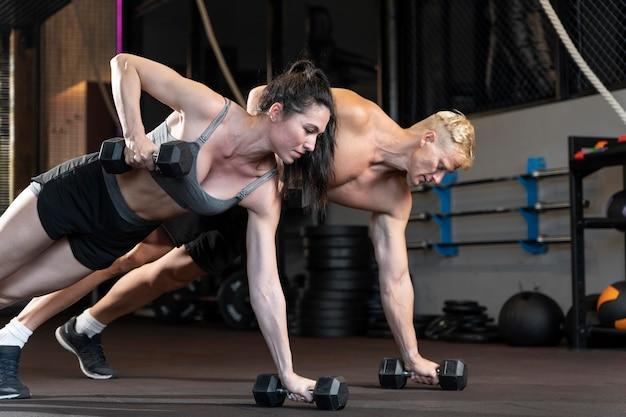 Close-up op paar dat crossfit-workout doet