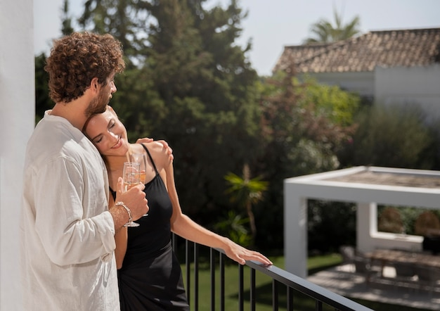 Close-up op paar in luxe reishuis