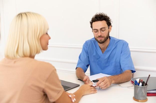 Close-up op pacient in gesprek met dokter over vaccin