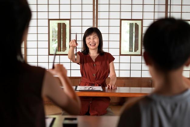 Close-up op persoon die japanse kalligrafie doet, genaamd shodo