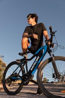 Close-up op persoon met elektrische fiets