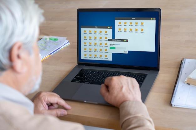 Close-up op senior persoon tijdens het leren
