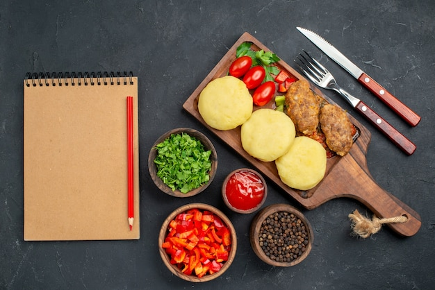 Close-up op smakelijke koteletten gehakte groenten