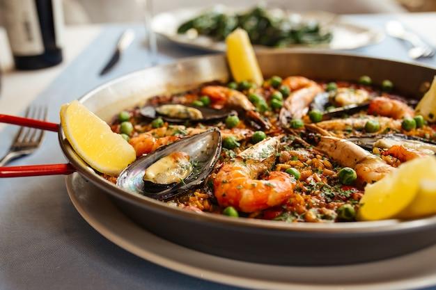 Close-up op spaanse nationale paella van de rijstschotel met zeevruchten in een pan