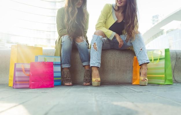 Close-up op twee meisjes met boodschappentassen