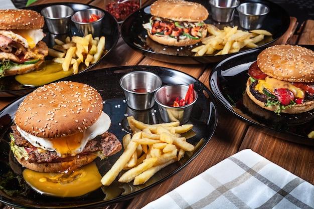 Close-up op verschillende geserveerd hamburgers op tafel. kopieer ruimte voor ontwerp. amerikaans fastfood. hamburger en cheeseburger. close-up, selectieve aandacht. voedsel. grill menu