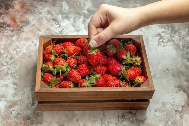Close-up op verse aardbeien in een kleine bruine houten kist