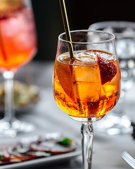 Close-up op verse zoete aperol spritz cocktail in een wijnglas