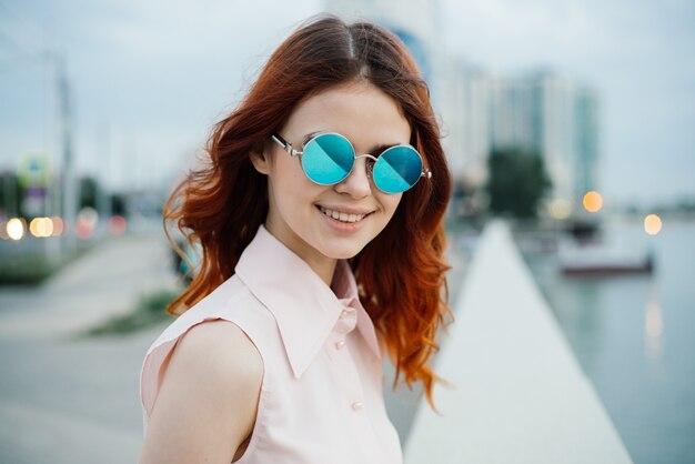 Close-up op vrouw bril en wandelen in de stad