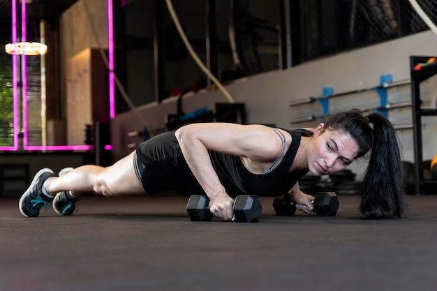 Close-up op vrouw die crossfit-workout doet