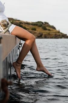 Close-up op vrouw genietend van de kust