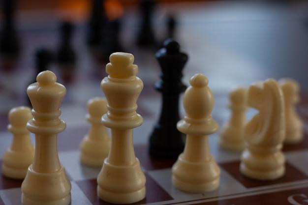 Close-up op wit koningsstuk van schaakbord schaakspelstrategie intelligentieconcepten