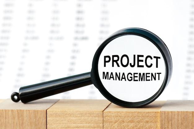 Close-up op zakenman die een kaart met tekst projectmanager, bedrijfsconcept met zachte nadruk houdt