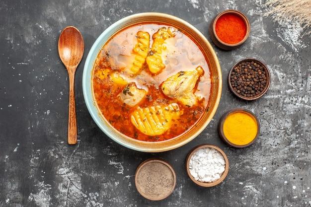 Close-up op zelfgemaakte soep met kip en kruiden set