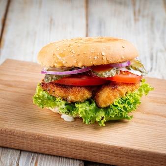 Close-up op zingerburger met gefrituurde kip