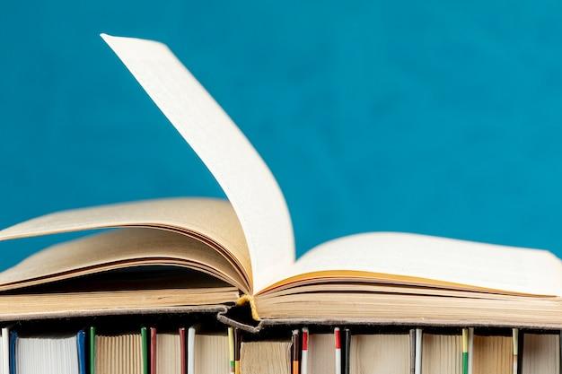 Close-up open boek met blauwe achtergrond