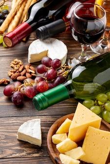 Close-up organische wijn en kaas op lijst