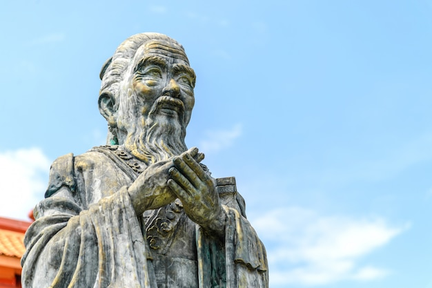Close-up oud standbeeld van confucius