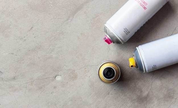 Close-up oude blikken van nevelverf op cementvloer