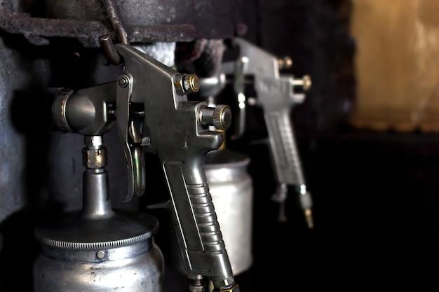 Close-up oude metalen briljante spuitpistool met soft-focus op de achtergrond. over het licht