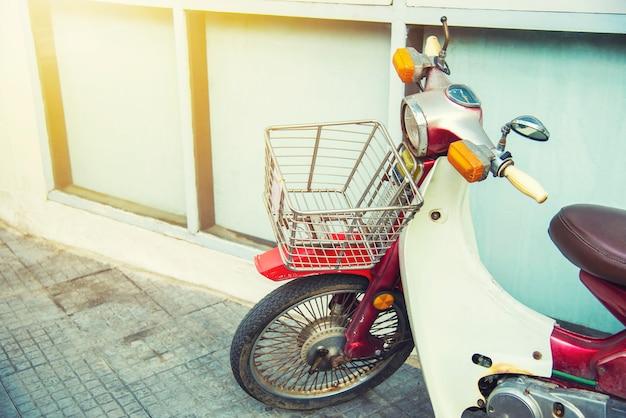 Close-up oude uitstekende motorfiets met vrije ruimte voor tekst.