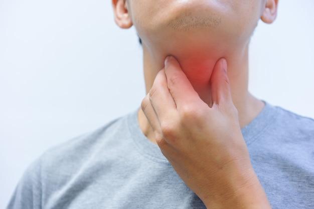 Close-up, oudere mannen hebben een zere keel. medisch en gezondheidszorgconcept.